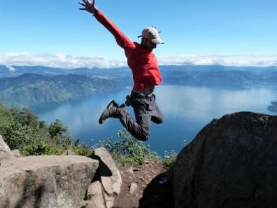 Sobrevolando-el-lago-Atitlán-desde-la-cima-de-San-Pedro